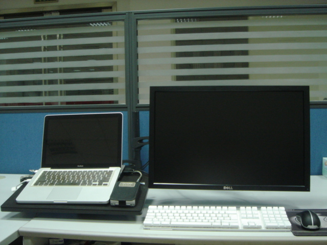 MacBook DELL and DXRACER stand
